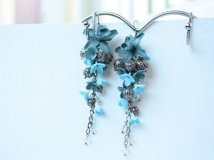 Серьги `Цветочный дождь`. Орхидеи с серебристым перламутровым мерцанием, разнообразные цветочки из полимерной глины, ажурные бусины и хрусталь. В черно-розовом и серо-голубом варианте. Длинные и легкие сережки.    Внимание, возможно…