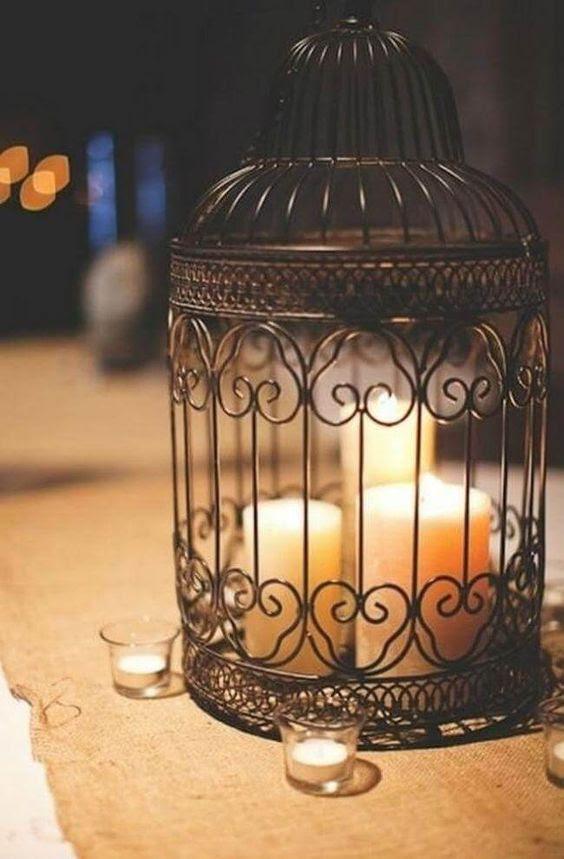 einen schwarzen Vogelkäfig als eine große Kerze-Halter für mehrere Kerzen