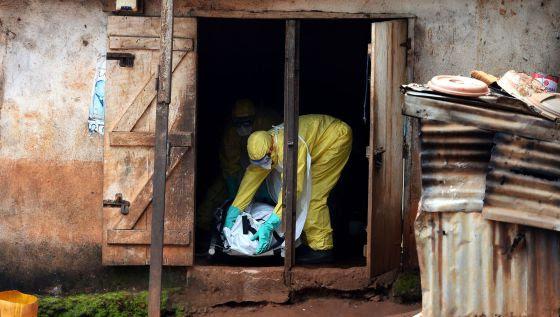 Un cooperante traslada el cuerpo de una víctima del ébola en Sierra Leona.