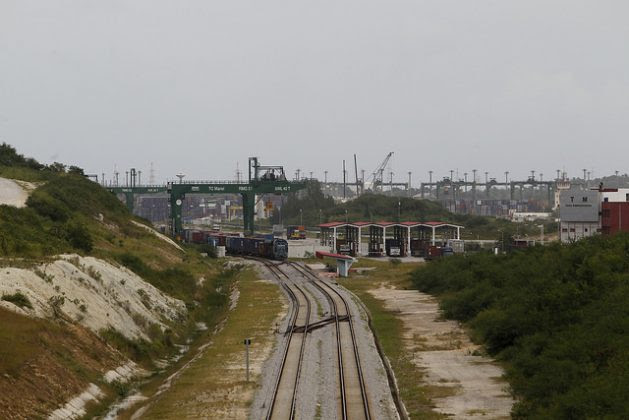The railway line that transports containers from and to the Mariel Special Development Zone, in the western province of Artemisa, 45 km from the Cuban capital. Credit: Jorge Luis Baños / IPS
