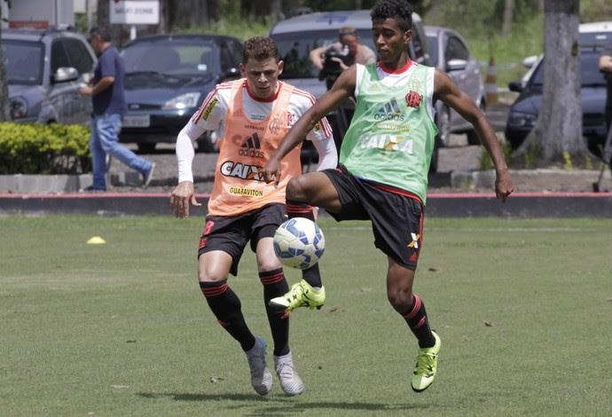 Gabriel domina a bola durante o treino desta quinta no Ninho do Urubu (Foto: Gilvan de Souza / Flamengo)