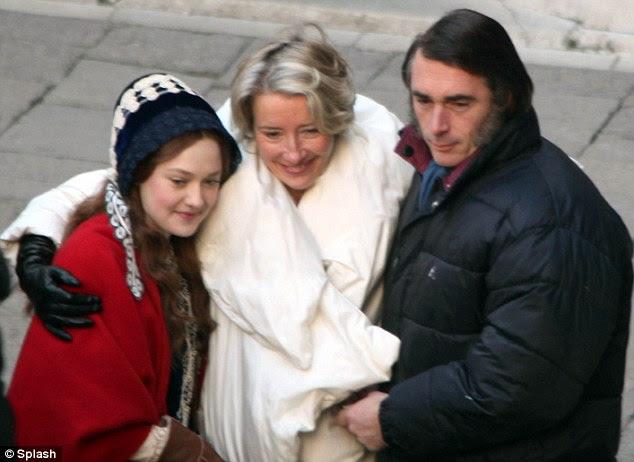 Bonding: Dakota aninhou-se com a co-estrela e escritor do filme, Emma Thompson e seu marido Sábio