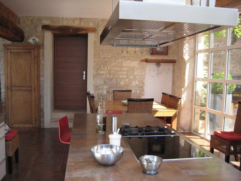 Mobilier table cuisine moderne dans maison ancienne for Mobilier cuisine moderne
