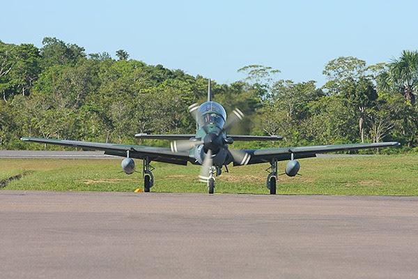 Caca A-29 se prepara para decolar de Cruzeiro do Sul  Cb. Junior/Agência Força Aérea