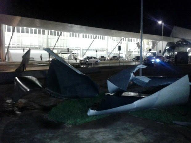 Pedaços do forro foram arremessados pelo vento a metros de distância da fachada do aeroporto, caindo no estacionamento e atingindo veículos. (Foto: Wellington Luis / TVCA)