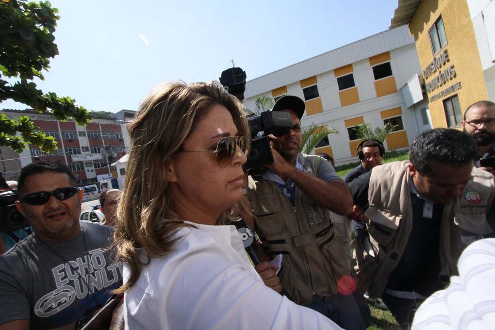 Françoise Amiridis, mulher do embaixador da Grécia no Brasil, Kyriakos Amiridis, chega à Delegacia de Homicídios da Baixada Fluminense (DHBF), em Belford Roxo (RJ), na manhã desta sexta-feira (Foto: Jose Lucena/ Futura Press/ Estadão Conteúdo)