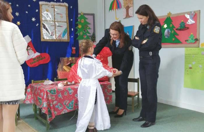 Άρτα: Η Ένωση προσέφερε δώρα σε παιδιά νηπιαγωγείου και δημοτικού