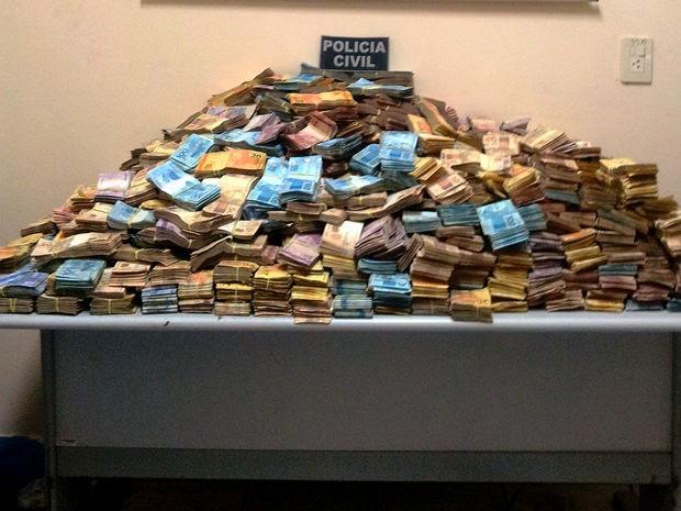 Dinheiro estava dividido em três sacos plásticos embaixo de materiais na carroceria (Foto: Assessoria/Polícia Civil-MT)