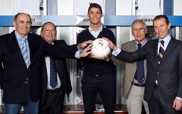 Cristiano Ronaldo e ídolos do Real Madrid (Foto: Site oficial do Real Madrid)