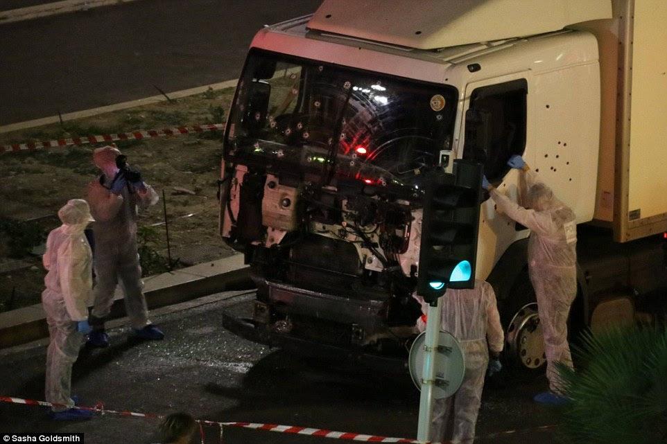 A polícia francesa cheio o caminhão com tiros em um esforço para matar o motorista louco do caminhão que percorreu centenas de pessoas