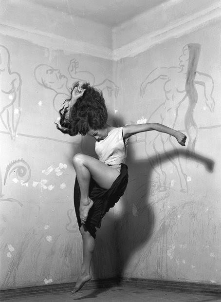 """Rocío Sagaó, 1950 un ensayo del ballet """"El vuelo del alma"""" Photo by Nacho López"""