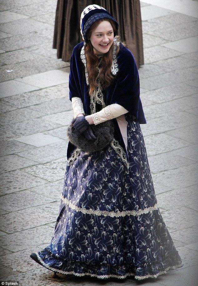 Quem é essa garota?  Com sua longa auburn fechaduras Dakota Fanning era praticamente irreconhecível no set de seu novo filme Effie em Veneza, Itália ontem