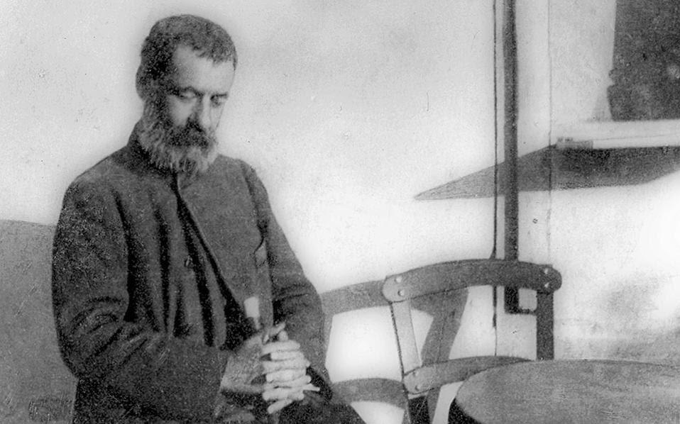 Ο Αλέξανδρος Παπαδιαμάντης στην πλατεία της Δεξαμενής το 1906, φωτογραφημένος από τον Παύλο Νιρβάνα.