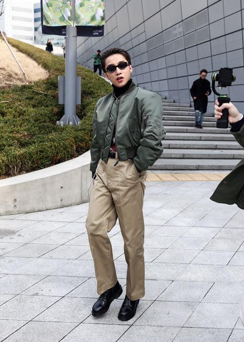 """Chán """"quần cụt"""" Sơn Tùng mặc """"quần của bố"""" dạo phố Hàn - 3"""