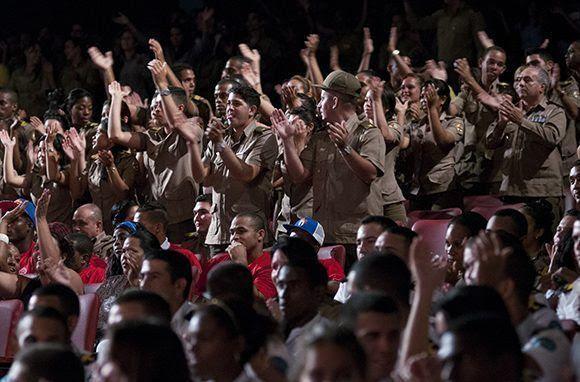 Participantes en la la gala político-cultural por los 55 años de la Unión de Jóvenes Comunistas (UJC) y 56 de la Organización de Pioneros José Martí, en el teatro Karl Marx. Foto: Ladyrene Pérez/ Cubadebate.