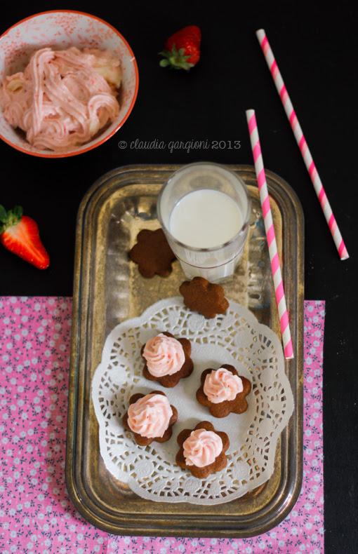 biscottini al cacao con copertura alla fragola