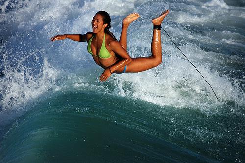 Surfista Erika desafia a gravidade