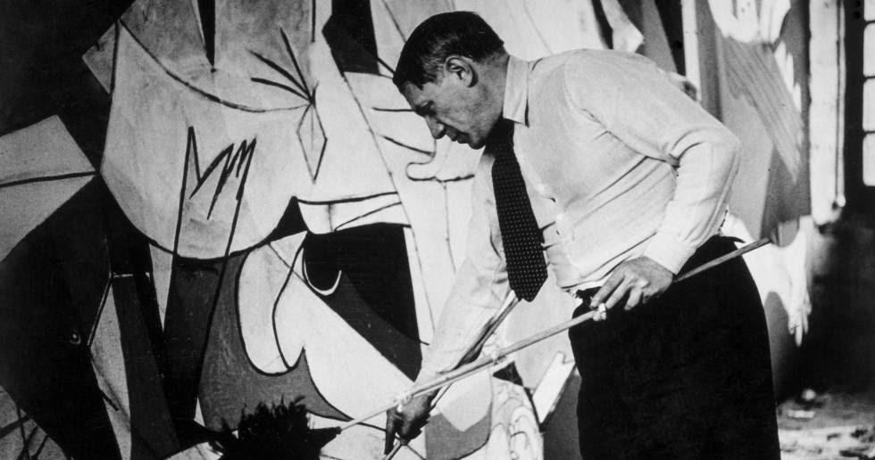 Picasso es fotografiado por Dora Maar mientras trabaja en el 'Guernica' en 1937.