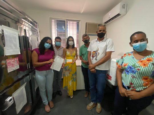 Secretária de Saúde de Conceição do Coité recebe primairas doses da vacina | Foto: Divulgação/Prefeitura