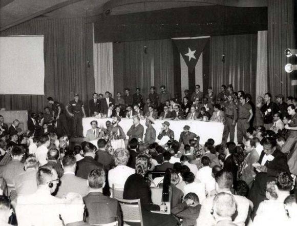 Vista de la intervención de Fidel en la conferencia de prensa durante la Operación Verdad, en el salón Copa Room, del Hotel Habana Riviera, en enero de 1959