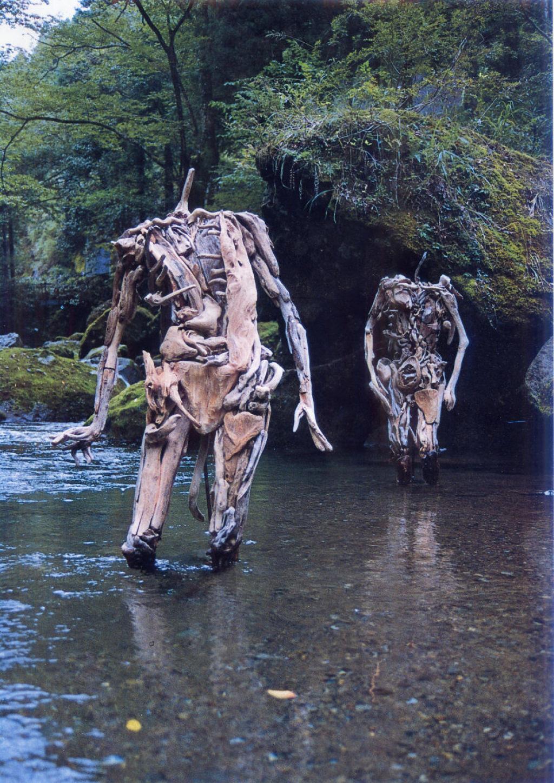As inquietantes esculturas feitas com detrito de madeira no meio de bosque pelo japonês Nagato Iwasaki 05