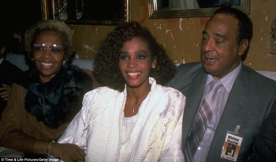 Os pais orgulhosos: Whitney é visto aqui com sua mãe Cissy e falecido pai, John Russell Houston, Jr. em 1985
