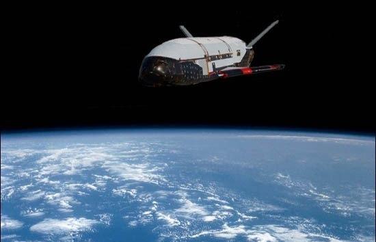 Concepción artística del X-37B en órbita (Imagen: mashedpotatobulletin)