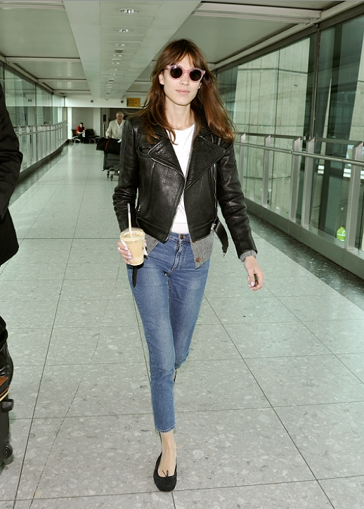 LE FASHION BLOG ALEXA CHUNG AIRPORT LOOK PINK SUNGLASSES 2 photo LEFASHIONBLOGALEXACHUNGAIRPORTLOOKPINKSUNGLASSES2.png