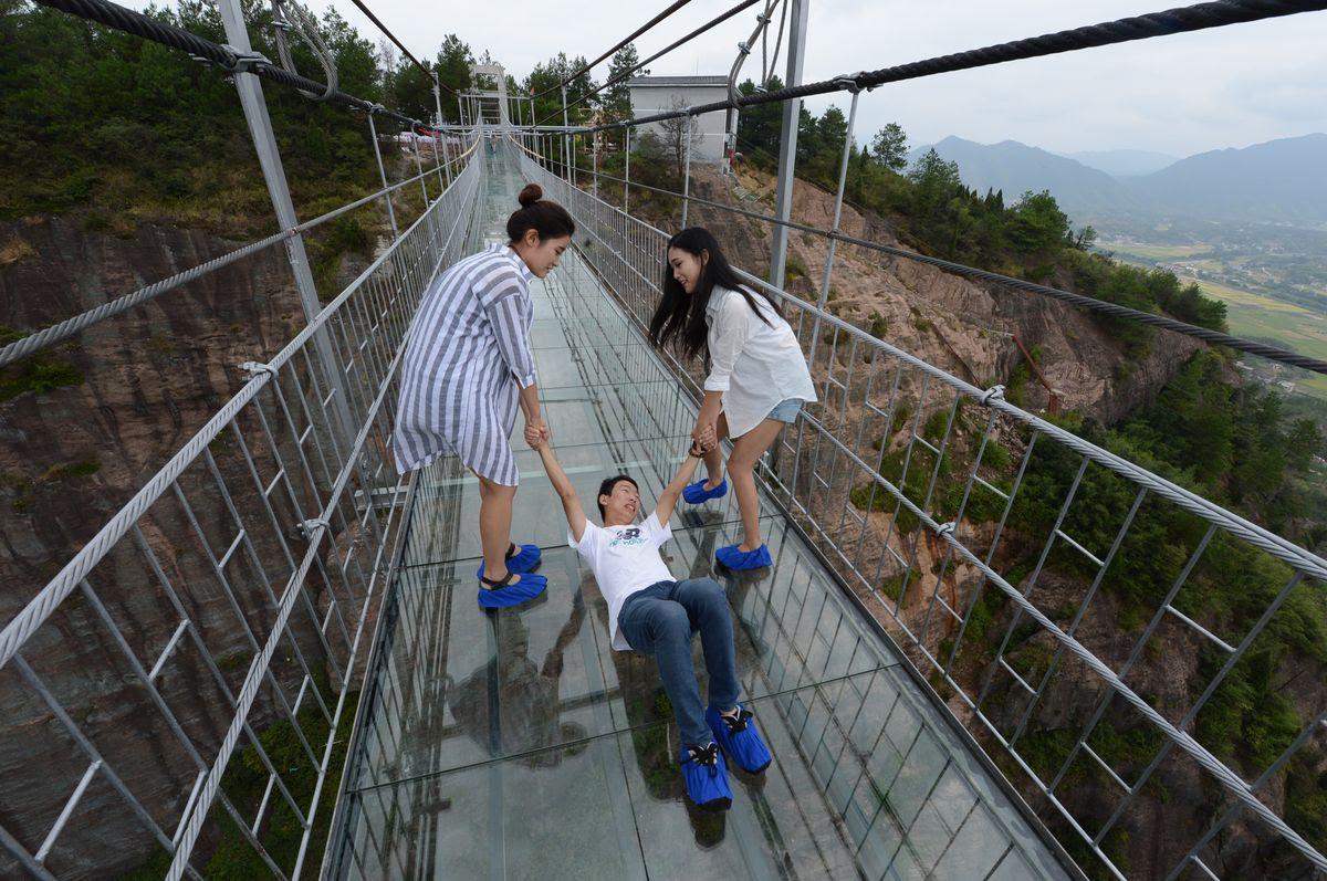 A ponte mais aterrorizante da China: 300 metros de aço e vidro transparente 07