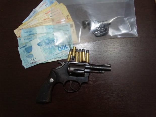 Materiais apreendidos com o suspeito durante operação (Foto: Divulgação/ Polícia Civil de Linhares)