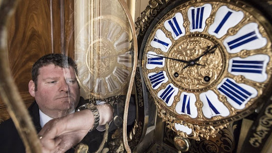 Blenheim Palace timekeeper changes 30 antique clocks - BBC News