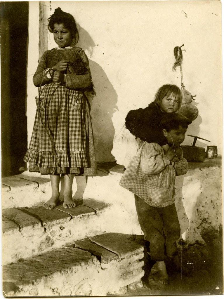 Niños en una venta de Toledo a comienzos del siglo XX. Fotografía de Pedro Román Martínez. Centro de Estudios Juan de Mariana. Diputación de Toledo