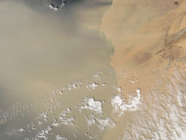 Imagem da Nasa mostra a nuvem de poeira (Foto:  NASA image courtesy Jeff Schmaltz)