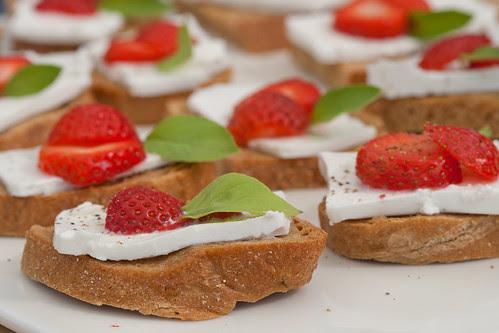 Strawberry and feta cheese crostini / Maasika-fetaampsud
