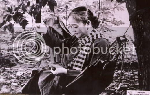 Kết quả hình ảnh cho áo bà ba và chiếc khăn rằn