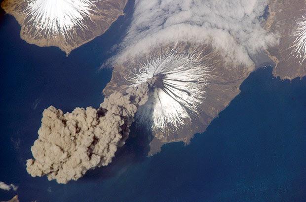 ภาพถ่าย การระเบิดของภูเขาไฟคลีฟแลนด์ อลาสก้า