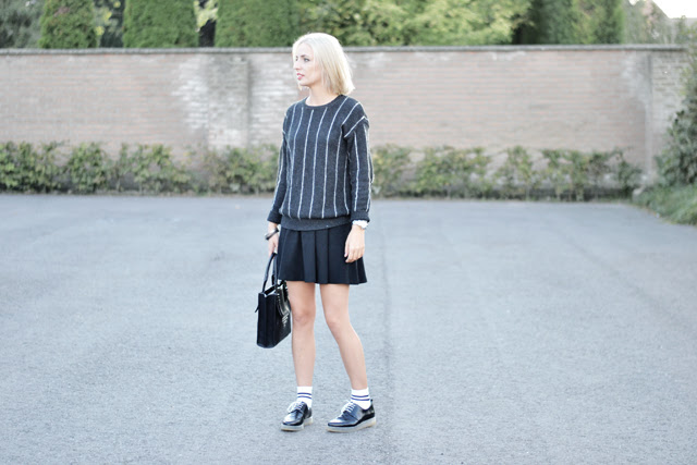 Back to school outfit uniform minimalism black white, schoolgirl, pinstripes, wool, skaterskirt, striped socks, high socks, sport socks, tennis socks, derby shoes zara trf, mango, h&m, red lipstick, catrice, it's a matt world, outfit post fashion blogger turn it inside out belgium belgie winter trends fall autumn 2014