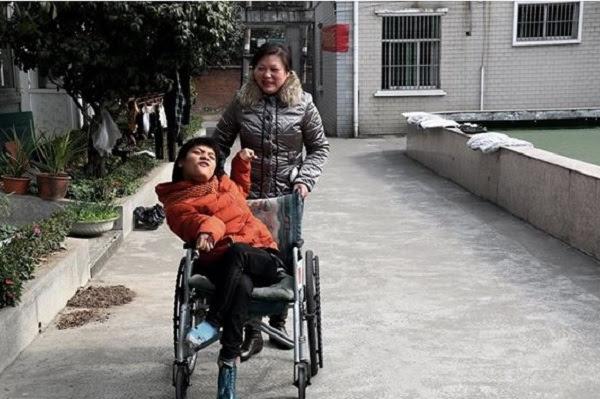 garota com paralisia escreve com pé esquerdo