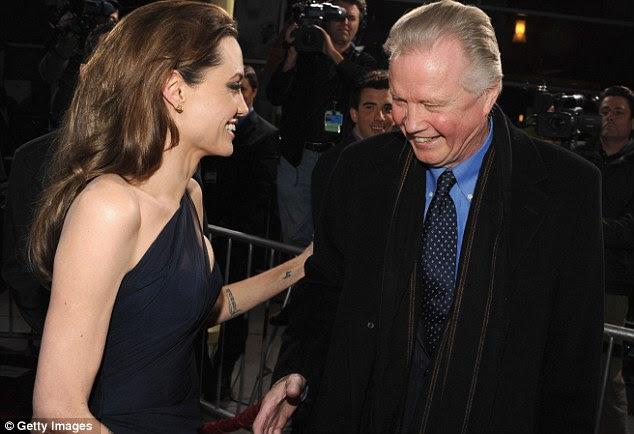O prazer de vê-lo: Angelina calorosamente cumprimenta seu pai Jon Voight como ele chega ao evento de hoje à noite