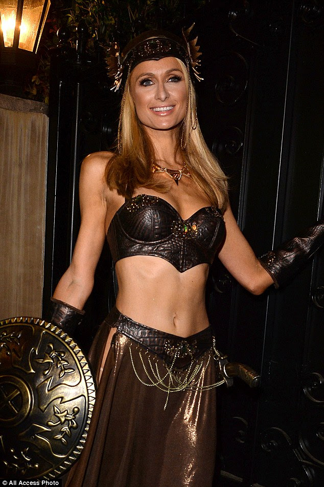 Trabalhar o olhar guerreiro: The 34-year-old fui para uma rotação original em um traje de guerreiro, como ela usava um bustiê de couro sexy com uma saia de cintura baixa e um capacete de metal.