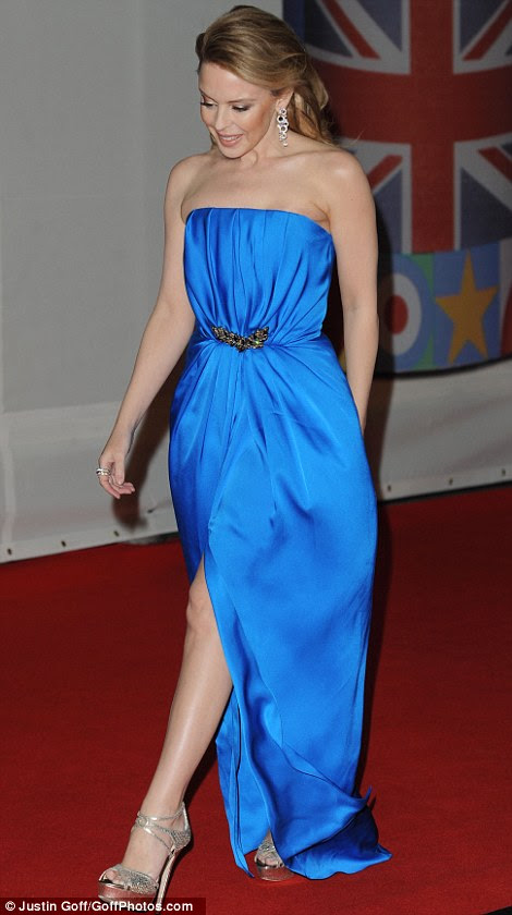 Assim como uma sereia!  A cantora australiana Kylie Minogue foi bem em um número sem alças azul