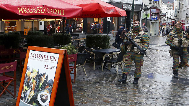 Belgian soldiers on guard outside a cafe in Brussels. (Photo: Reuters)