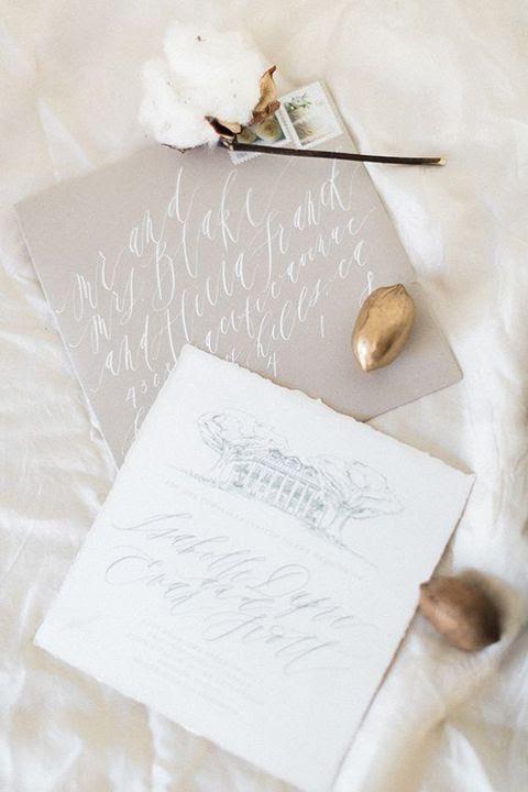 grauer und weißer Hochzeits-Einladungskarten mit Kalligraphie erinnern an verschneite Monaten