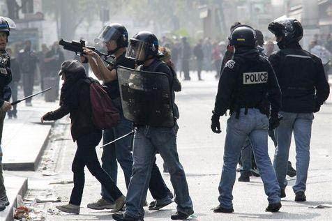 Un policier utilise un LBD 40x46 en octobre 2010 lors d'une manifestation à Lyon.