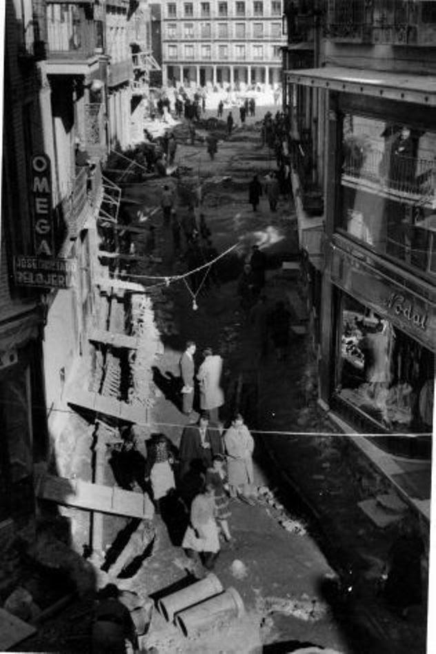 Obras de canalización de las aguas del río Torcón en Toledo en 1948. Calle Comercio, al fondo Zocodover