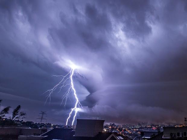 O engenheiro Rafael Coutinho conseguiu captar o momento de formação de uma microexplosão. Na foto, é possível observar que o vórtice da nuvem é bem circular e não toca o solo, o que seria a característica de um tornado. (Foto: Divulgação/Rafael Coutinho)