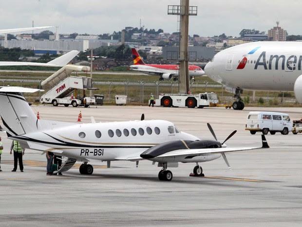 Aeronave da Polícia Federal pousado em Guarulhos (SP) para levar o marqueteiro do PT João Santana ao Paraná (Foto: Felipe Rau/Estadão Conteúdo)
