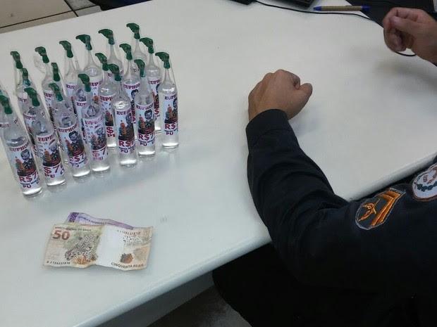 Frascos de lança-perfume foram apreendidos com o rapaz (Foto: Polícia Militar / Divulgação)