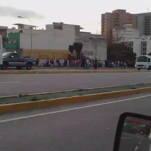 #Caracas, #AvBaralt norte, Esq. El Guanábano, a cuadras del Banco Central. RT 6:50 am @alexguzmanj: ...