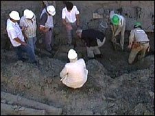 Screen-grab of builders at site of find, Buenos Aires, Argentina, 30 December 2008